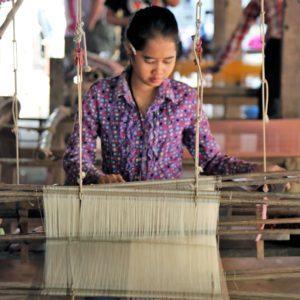 Tissage sur métiers à tisser traditionnels - Croisière privée île de la soie - Cambodian cruises