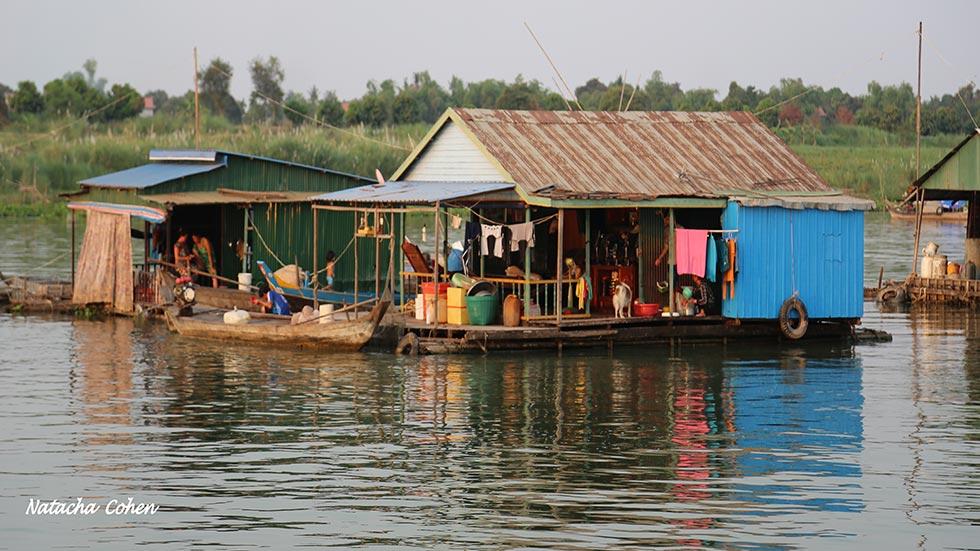 Village flottant sur le Tonle Sap en croisière de Phnom Penh vers Siem Reap